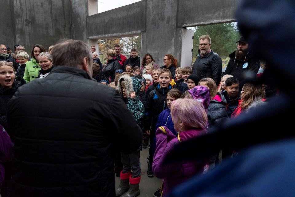 Børn og voksne råbte hurra, da der fredag blev fejret rejsegilde for Assens' nye børnehave og sfo.