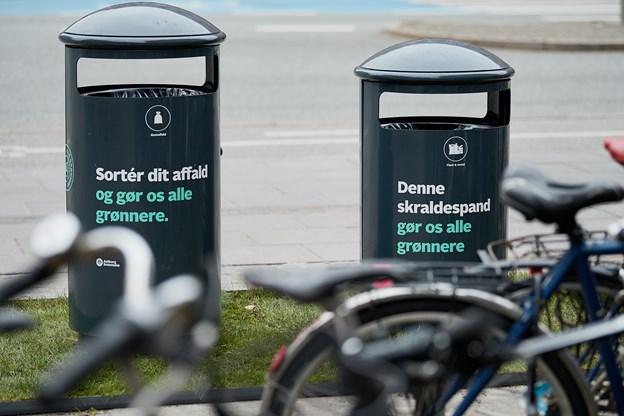 Spandene gør det enklere at sortere affaldet. Plast og metal skal i én, mens restaffald skal i den anden.