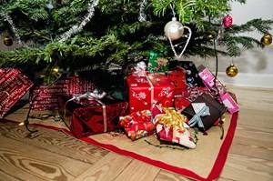 Flade pakker under træet