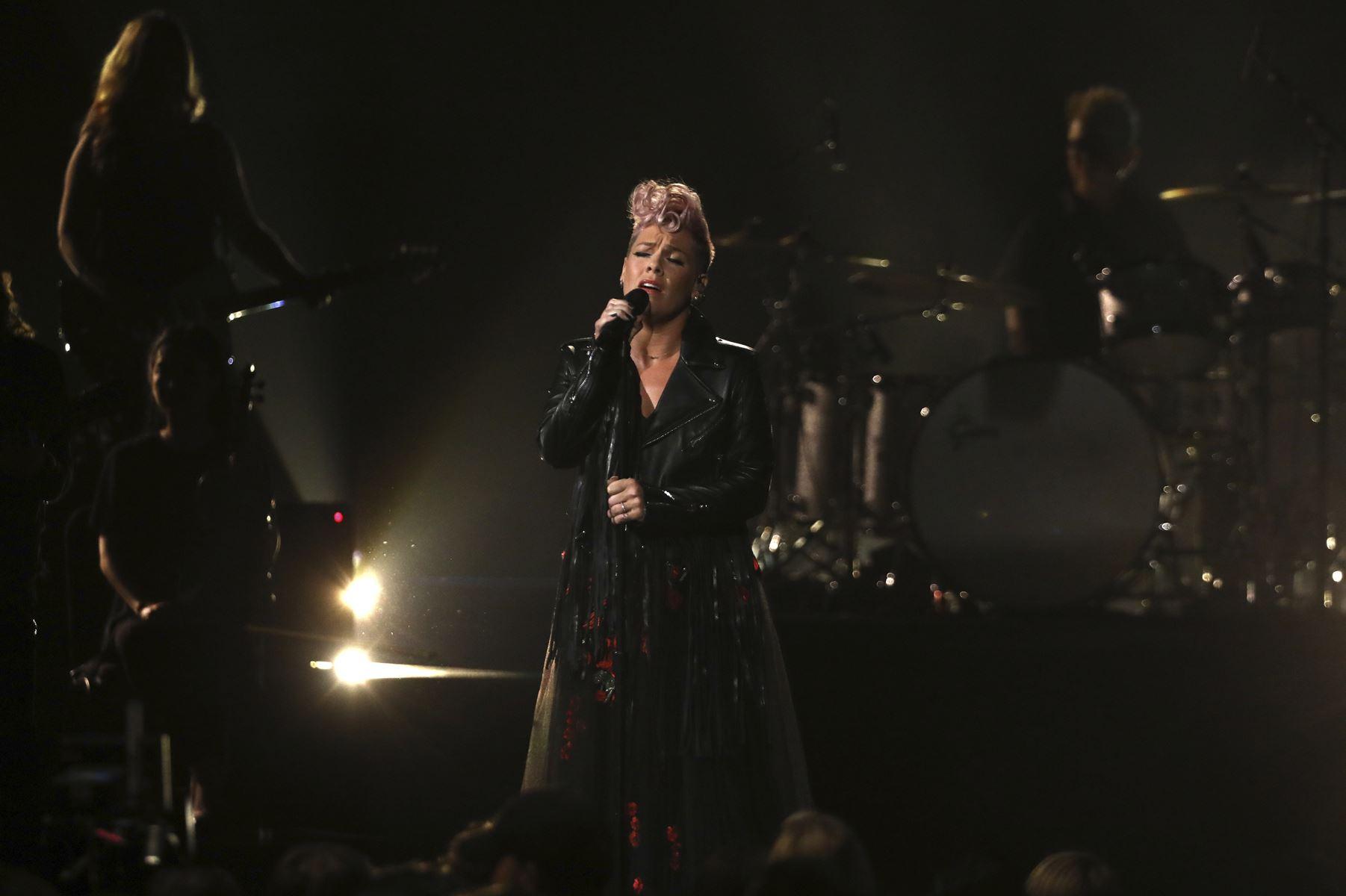Under American Music Awards stod musikere sammen efter et år, der i USA har været præget af splittelse.