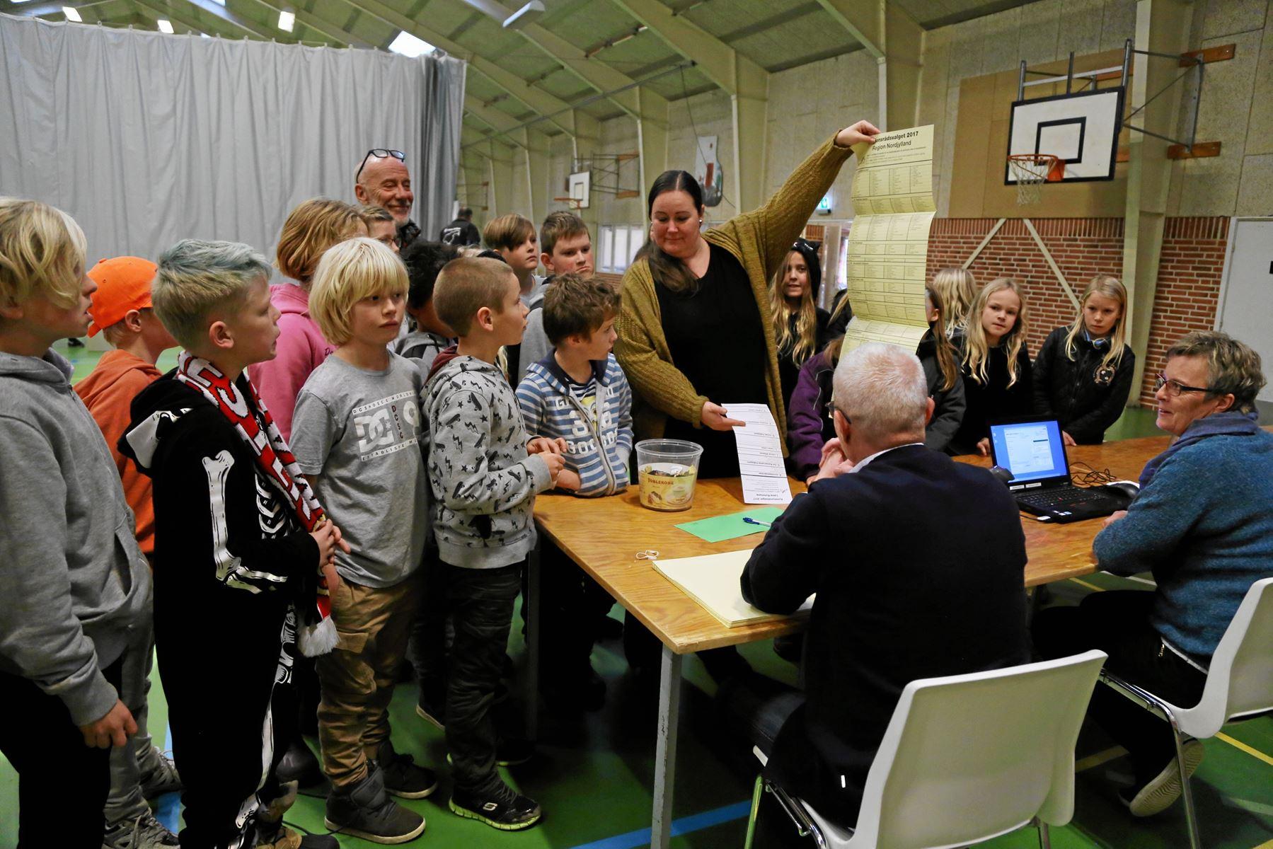 En gruppe børn fra Læsø Skole fik lov til at gå med deres lærere hen for at stemme