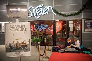 Kamp om billetter til udsolgt koncert på Skråen, hvor fans ligger i kø