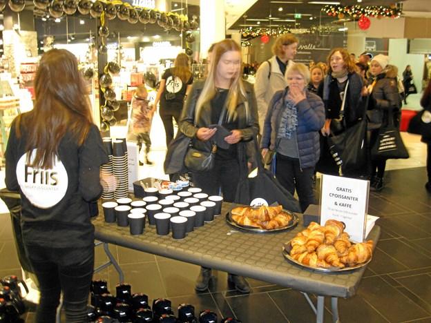 Friis Shoppingcenter tilbød goodiebags og gratis morgenmad til de morgenfriske. Det benyttede mange sig af, inden der for alvor blev taget fat på Black Friday-indkøbene. Foto: Ole Skouboe