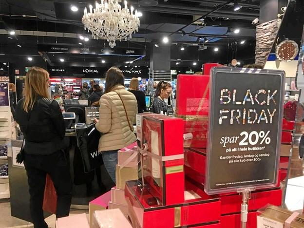 Mange butikker sætter en stor del af deres varer ned med minimum 20 procent.