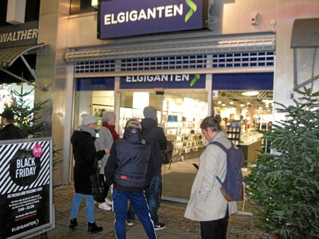 Der er mange gode tilbud hos midtbyens butikker, blandt andet hos Elgiganten, hvor der var kø foran indgangen inden åbningstiden klokken 7. Foto: Ole Skouboe