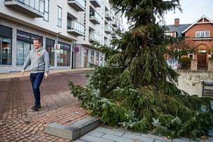 Video: Forsøg på at pynte Danmarks grimmeste juletræ