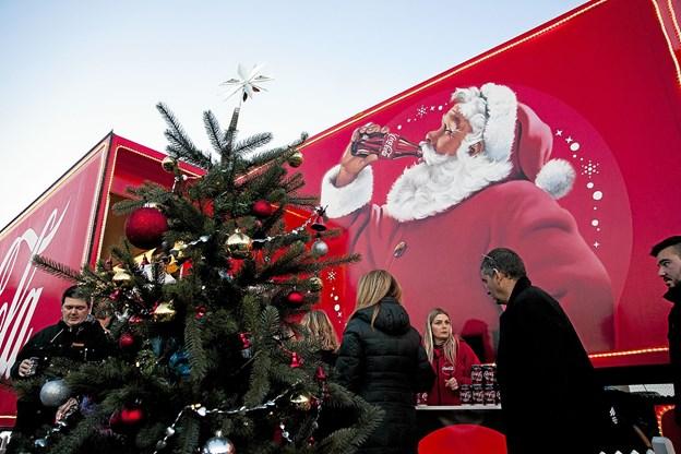 Først var cola-lastbilen i Nørresundby. Lørdag 2. december er den hos Bilka og på søndag 3. december hos Kvickly i Nørresundby. Foto: Lasse Sand