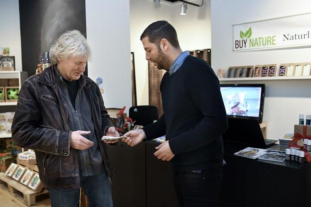 Amin Barrada giver pengene fra Green Friday til Henrik Mørch, næsteformand for Egholm Samråd.
