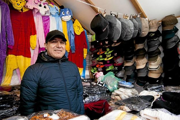 Andres Cardenas bemander selv sin hytte i alle de dage, julemarkedet er åbent.