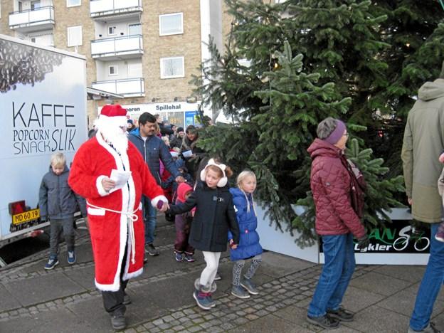Så går vi rundt om juletræet. Foto: Ole Skouboe