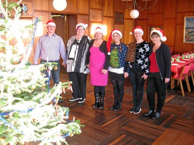 Holdet af frivillige der sørgede for at 15 økonomisk trængte familier, 56 børn og voksne, oplevede en hyggelig Juletræsfest søndag eftermiddag i Byrådssalen i Det Gamle Rådhus i Nørresundby. Foto: Ole Skouboe