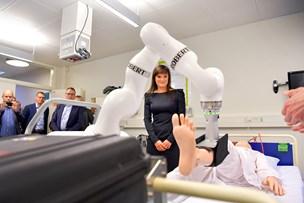 Minister mødte Robotten Robert - født på idéklinik i Aalborg