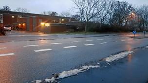 Tre børn og to voksne påkørt på vej til skole