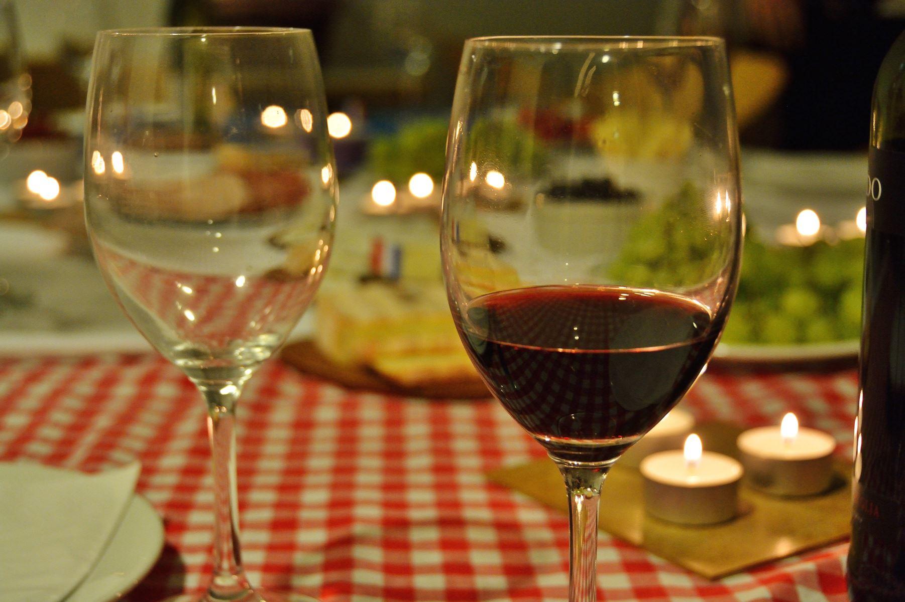 Den tunge julemad kræver sin vin. Få eksperternes råd til at vælge en vin, der spiller godt op til julens fede mad.