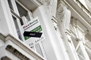 Der bruges flere penge på bolighandler i Danmark, selv om købere har færre og færre boliger at vælge mellem.