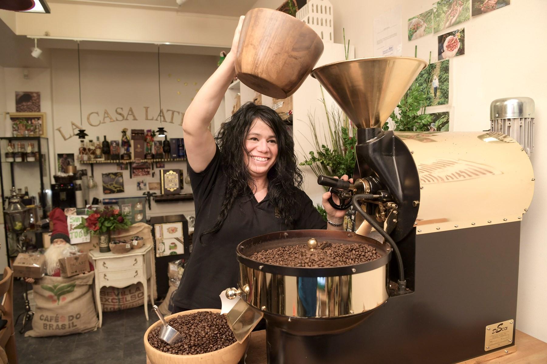 Ilma Sanchez Mogensen brænder og maler selv kaffen i La Casa Latina.