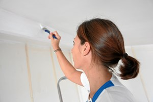"""Undgå """"gåsehud"""" og amatørhjørner, når du maler derhjemme. Her får du fageksperternes råd til at undgå nogle af de mest almindelige fejl."""