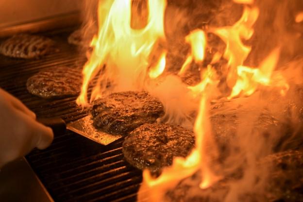 Kødet til bøfferne kommer fra fritgående kvæg og bliver flammegrillet i restaurantens køkken.