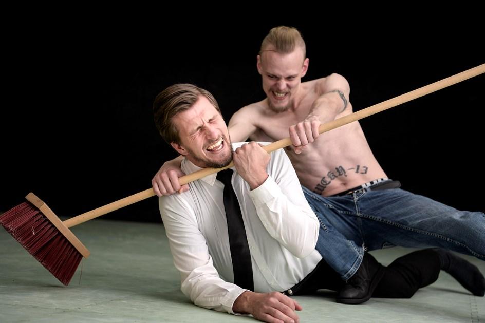 Wrestling: Banket med stiger, kvalt med koste og sparket i bollerne - for småpenge