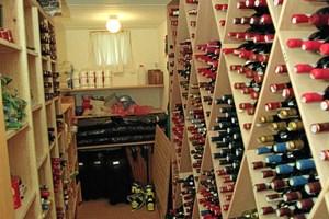 Det oplagte svar på vinopbevaring er i en vinkælder, men hvis du ikke har sådan en, er der heldigvis også andre måder at opbevare din gode vin.