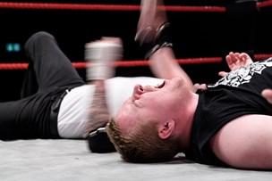 Voldsteater: Blodfattige wrestlere var pinlige og fascinerende