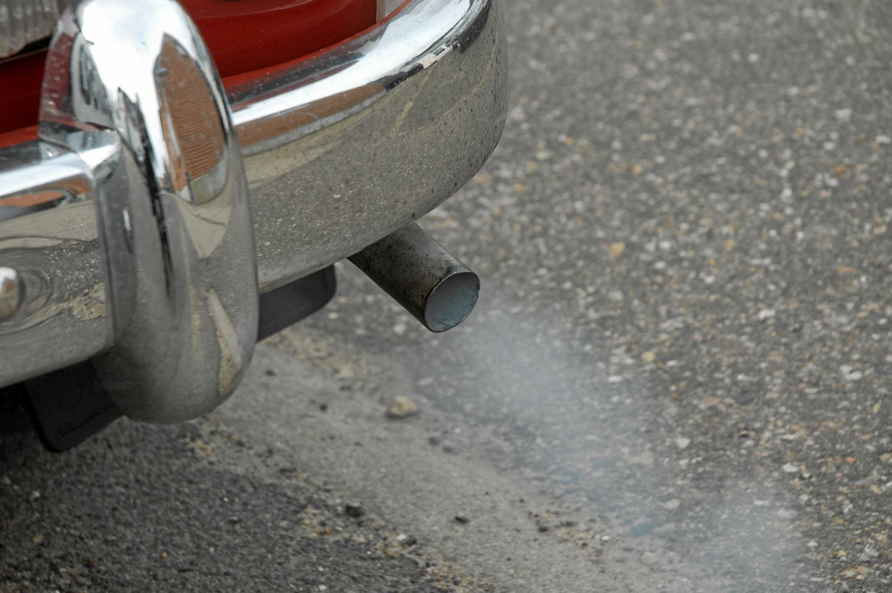 Kolde vintermorgener kan indbyde til at lade motoren gå i kold tomgang, mens isen skrabes af ruden. Men det er skidt for miljøet og motoren - og det kan give en bøde
