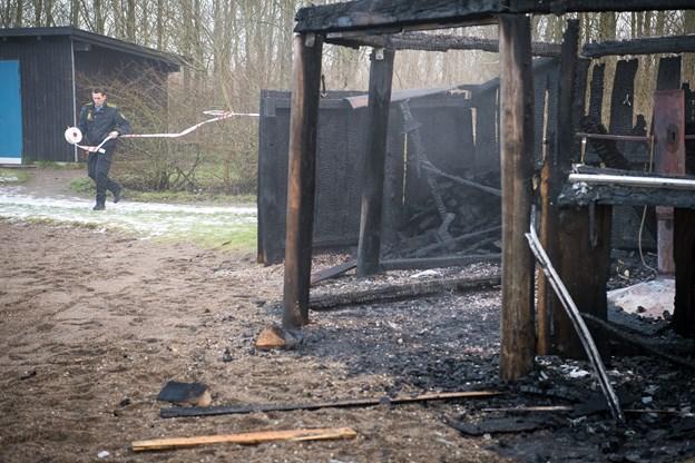 Børnehaves bålhytte nedbrændt - formodes påsat
