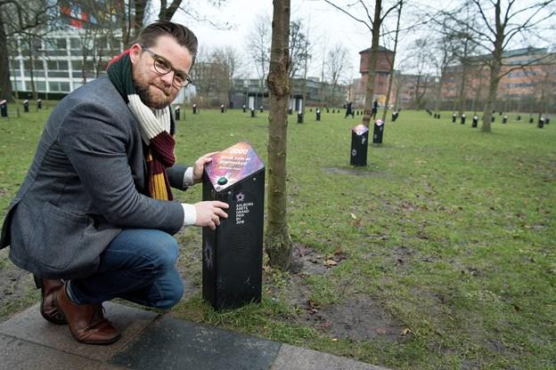 De Syngende Træer er pyntet op og afspiller grandprix-hits. Her er det direktør for AKKC, Nicolai Holm. Foto: Torben Hansen