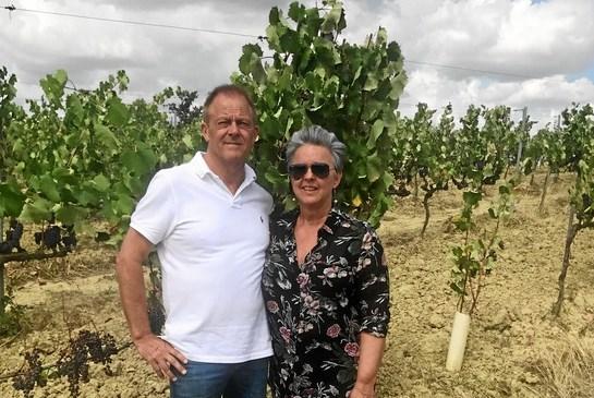 Ægteparret Lene og Kim Quist tager hellere end gerne del i arbejdet ude i marken ved vinstokkene, når de er i Italien. Foto: Privatfoto