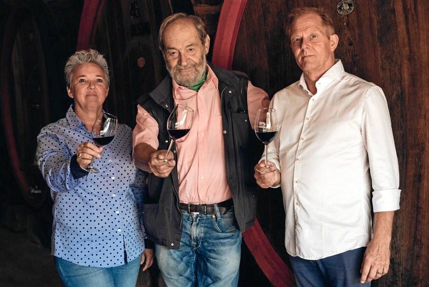 Lene og Kim Quist får sig et godt glas vin sammen med vinproducenten Giulio Caporali, der ejer vingården Tenuta Valdipiatta, og det er naturligvis hans vin, de nyder. Foto: Privatfoto