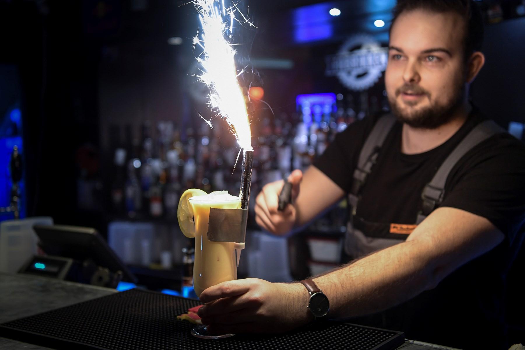 Bartender Nicolas serverer her 'Smuk som et stjerneskud' på Fabrikken.