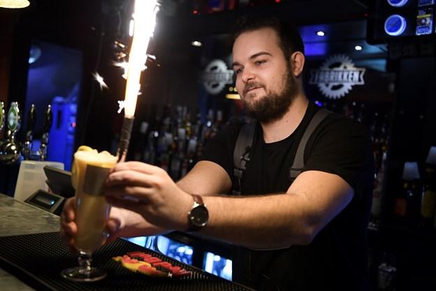 Du kan for eksempel drikke grandprix-cocktails i Gaden. Foto: Claus Søndberg