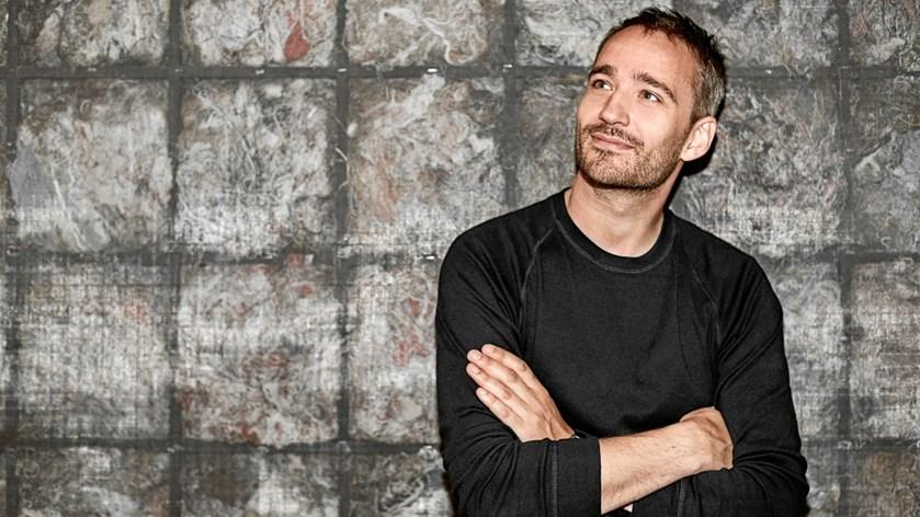 Rasmus Walter blev først kendt som forsanger i Grand Avenue. Siden er han slået igennem med sit soloprojekt, hvor han synger på dansk. Mandag fylder han 40 år.