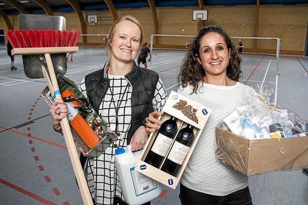 Lene Milwertz (til venstre) og Rodena Mazdo med nogle af de mange sponsorpræmier man kan vinde i bingo.