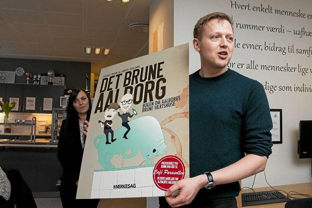 """Christian Made Hagelskjær med """"Det brune Aalborg"""", som nu udkommer i andet oplag på 1000 eksemplarer. Foto: Lasse Sand"""