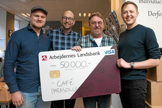 Fra venstre forfatterne Anders Fuglsang og Rasmus Prehn, Parasollens leder Søren Jensen og forlagsdirektør Christian Made Hagelskjær. Foto: Lasse Sand