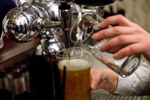 Det er godt gang i både fadøl og særlige grand prix-drinks ved forfesten.