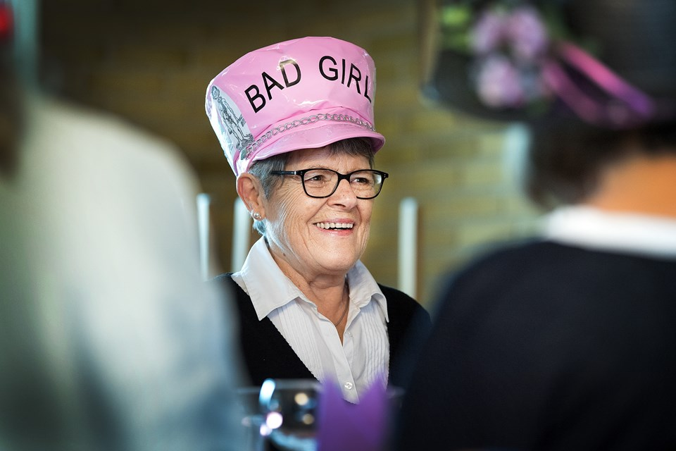 Brita Olsen har ikke noget imod at være Bad Girl med sin hat, som hun har kreeret og dekoreret med vittigheder.