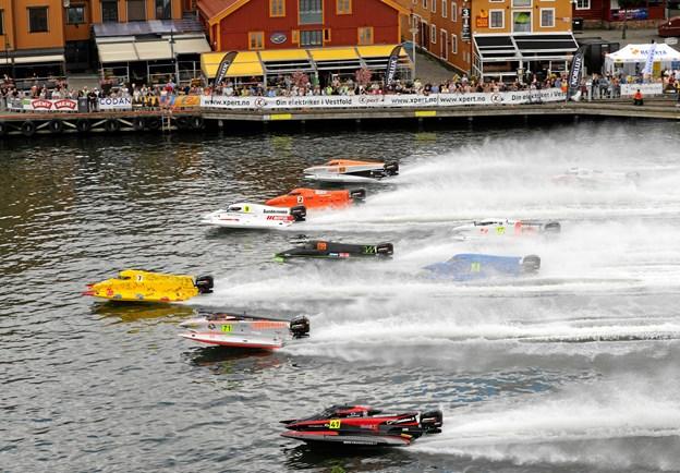 Starten er her gået til et powerboatrace i Tønsberg i Norge, og det er ganske enkelt et imponerende syn, når racerbådene kommer strygende hen over vandet i høj fart. Foto: Anders Bak Rasmussen