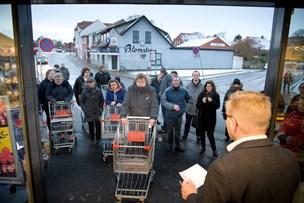 Kunder i kø til  Løvbjerg åbning