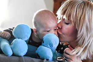 En gave til nyfødte Romeo: Mor og far tager ansvar