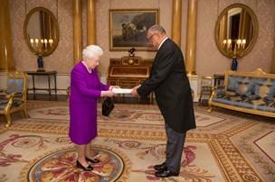 Commonwealth overvejer at droppe monarken