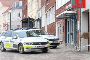 Politiet jagter mand med økse