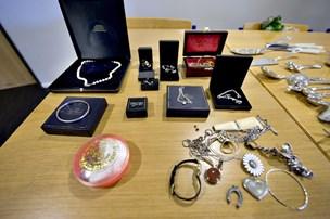 Smykker fundet på stisystem
