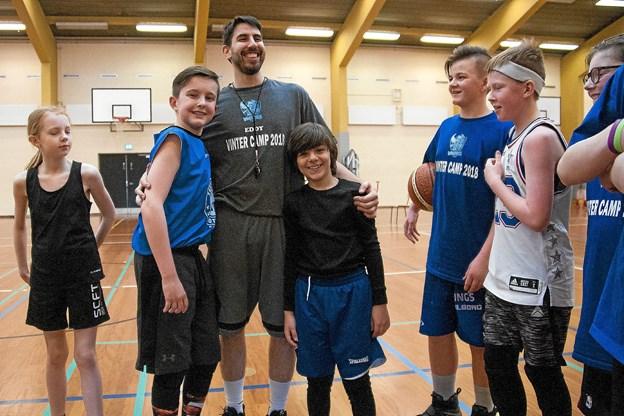 Træner Schack Esfandi efterlyser børn og unge til basketball-klubben. Foto: Lasse