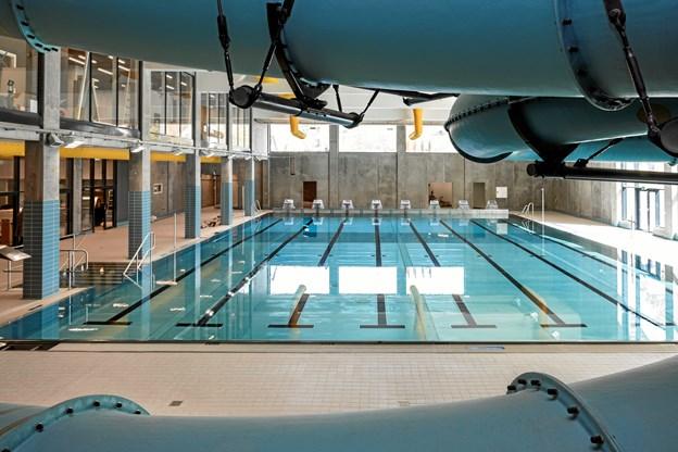 Svømmehaller kæmper med lort og opkast: Må lukke bassiner