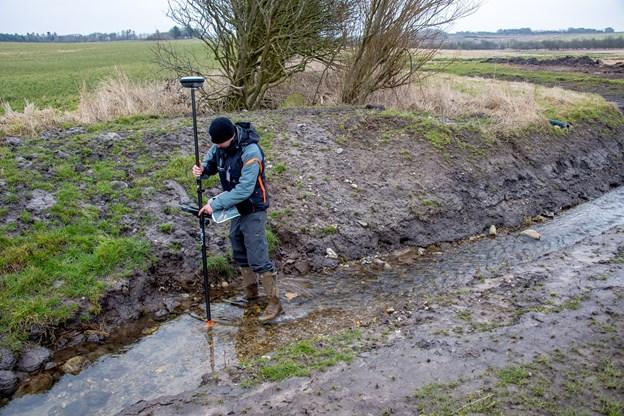 Vandets nye vej i åen tjekkes med satellit