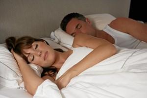 Det kolde vejr kan være en hjælpende hånd til at få et godt indeklima i soveværelset.
