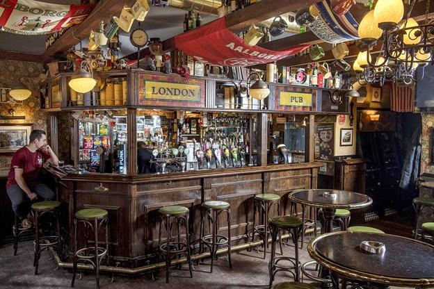 Der er mange detaljer i lokalet på London Pub.