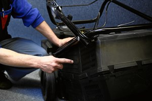 Hvis du ikke har fået den batteridrevne plæneklipper indenfor, er det på høje tid.